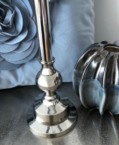 Tischlampe silber Metall Chapura Lampenschirm petrol blau Samt Velour von der Marke Light and Living