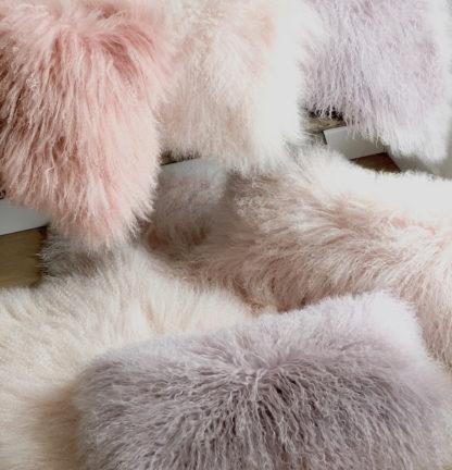 Kissen Tibet Lammfell Bonbon rosa Puder rosa Flieder lila mongolisches Schaffell rosa lila echt Fell ROSA sehr weich Kinderzimmer Fell Lammfell echt Leder von Auskin kuschelig weich