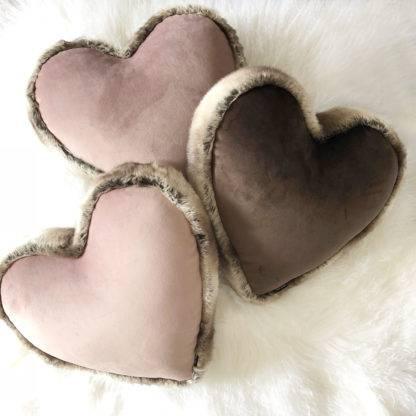 Kissen Herzform Dekokissen Form Herz Samt und Fell edel steen design hell rosa altrosa rosa Fellkissen Herzkissen