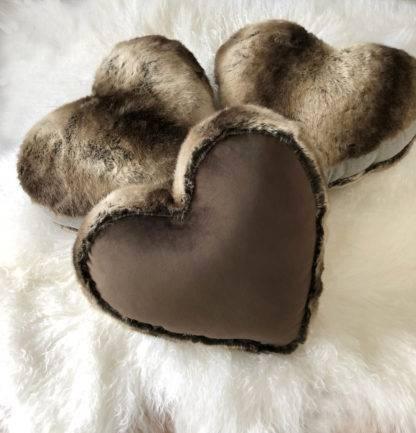 Kissen Herzform braun Dekokissen Herzkissen Form Herz Samt und Fell edel steen design braun