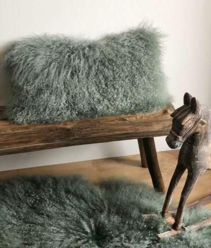 Kissen Tibet Lammfell grün evergreen grün sehr weich mongolisches Lammfell grün echt Fell von auskin 56x28 cm Schaffell Kissen