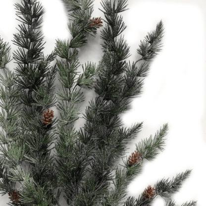 Tannenzweig Pinie Pinienzweig Weihachten Künstlicher Zweig verschneit mit Glitter in weiß 114 cm mit Zapfen Tannenzweig Zapfen grün