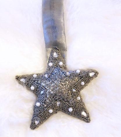Stern Aufhänger, ein Stern aus Stoff perlenbestickt silber grau zum aufhängen edel verarbeitet, Handarbeit Glasperlen Glitter