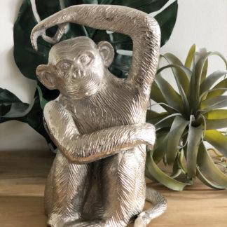 Deko Figur Affe silber Schimpanse Aluminium Silber Metall sehr schwer Handarbeit sehr groß 31,5 cm Affe mit Arm über dem Kopf Skulptur Affe