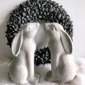 Hase Osterhase grau weiß Shabby chic Hase in sehr groß aus Keramik stehend hell grau Keramik Ostern Osterdekoration Osterfigur Hase hell grau weiß