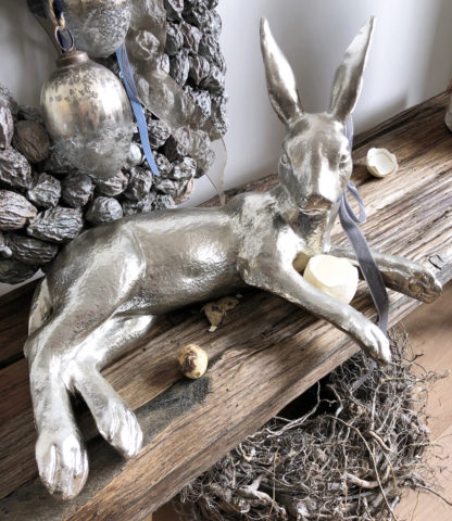 Hase Osterhase silber liegend Shabby Look mit Schleife in grau sehr edler Hase zur Osterdekoration, Ostern Dekofigur Hase Kaninchen