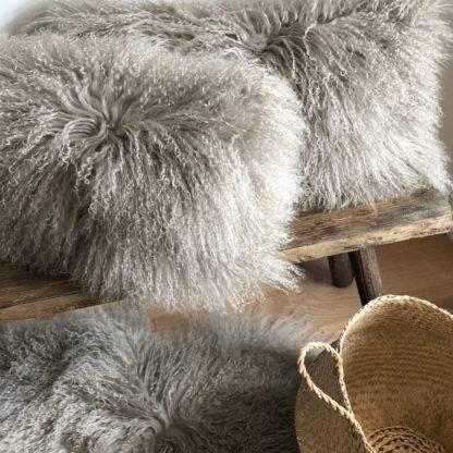 Kissen Tibet Lammfell taupe beige Naturton mongolisches Schaffell taupe sehr weich Kinderzimmer Fell Lammfell echt Leder von Auskin kuschelig weich Kamin Weihnachten Kuschelecke Überwurf für Sofa Couch sehr weich Teppich Langflor