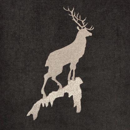 Kissen Hirsch Hirschgeweih Chalet Kissen Berghirsch Springbock Alm braun beige taupe mit Webpelz taupe seitlich Landhaus quadratisch mit Inlett Berghütte Landhaus Chalet Berge Jagd Weihnachten
