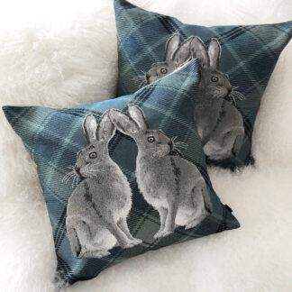 Kissen Hase Fellhase Schneehase grau weiß blau Rückseite Leinen Fell auf blau kariertem Stoff steen design Kissen Hase Osterhase Schneehase Kaninchen weiß grau