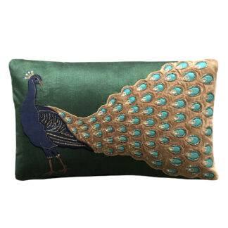 Kissen Motiv Vogel Pfau grün blau gold bestickt mit einem Pfau mit ausgebreitetem Pfauenpfedern edel Dekokissen Motiv Vogel Zierkissen Lieblingsdekoration