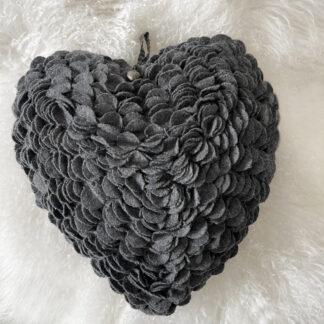 Kissen Herz grau aus Filz Herzkissen grau Chalet Kissen Herz herzförmig