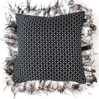 Luxus Kissen Dekokissen schwarz beige bestickt mit Federn umrandet