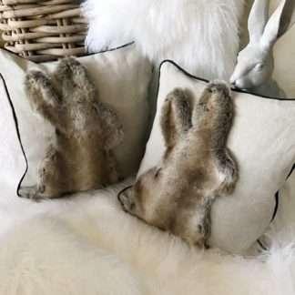 Edles Chalet Kissen Dekokissen Leinenkissen Hase Osterkissen mit Motiv Hase Osterhase Kaninchen beige nude taupe Fell