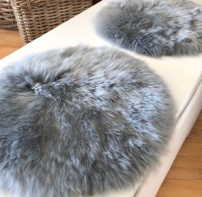 Stuhlauflage Pad Sitzkissen blau grau hellblau hellgrau platinum Lammfell echt Fell extra weich von der Marke auskin